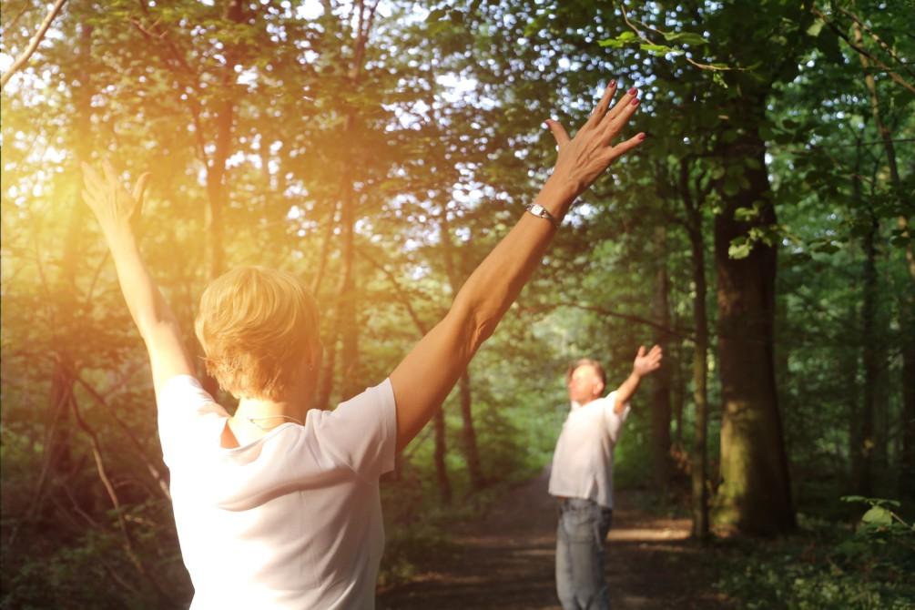 Deux adultes se connectent avec la nature