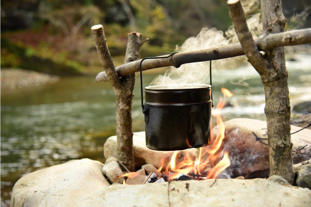 Cuisine au dessus d'un feu de camp