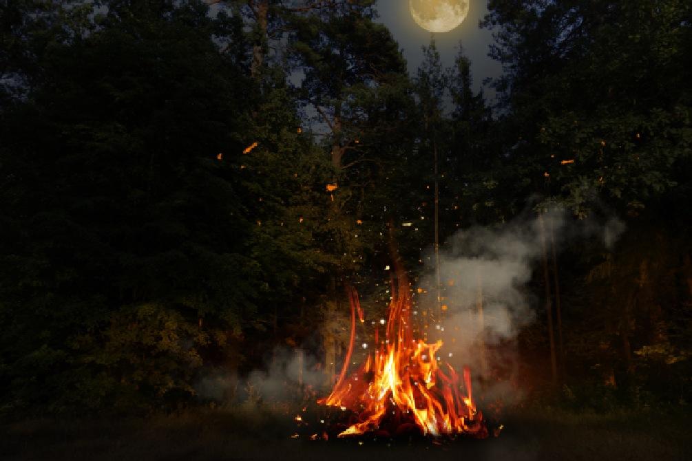 Un feu est allumé pour fêter Halloween au camping